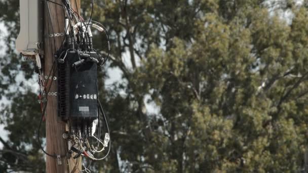Kabely drát a box telefonie špatně nainstalovaný na dřevěný sloup