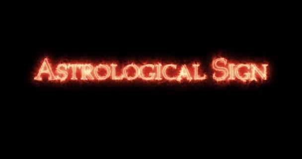 Astrologisches Zeichen mit Feuer geschrieben. Schleife