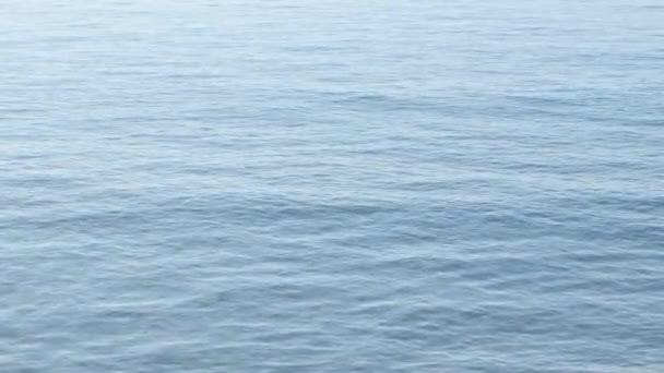 Meereswellen winken einen ruhigen Tag in einem blauen Meer