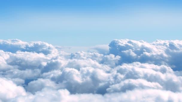 Mraky se pohybují po obloze z letadla letícího