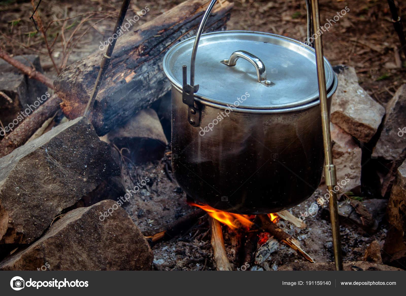 Kochen Essen in einem Kessel auf brennenden Lagerfeuer in Wildes ...
