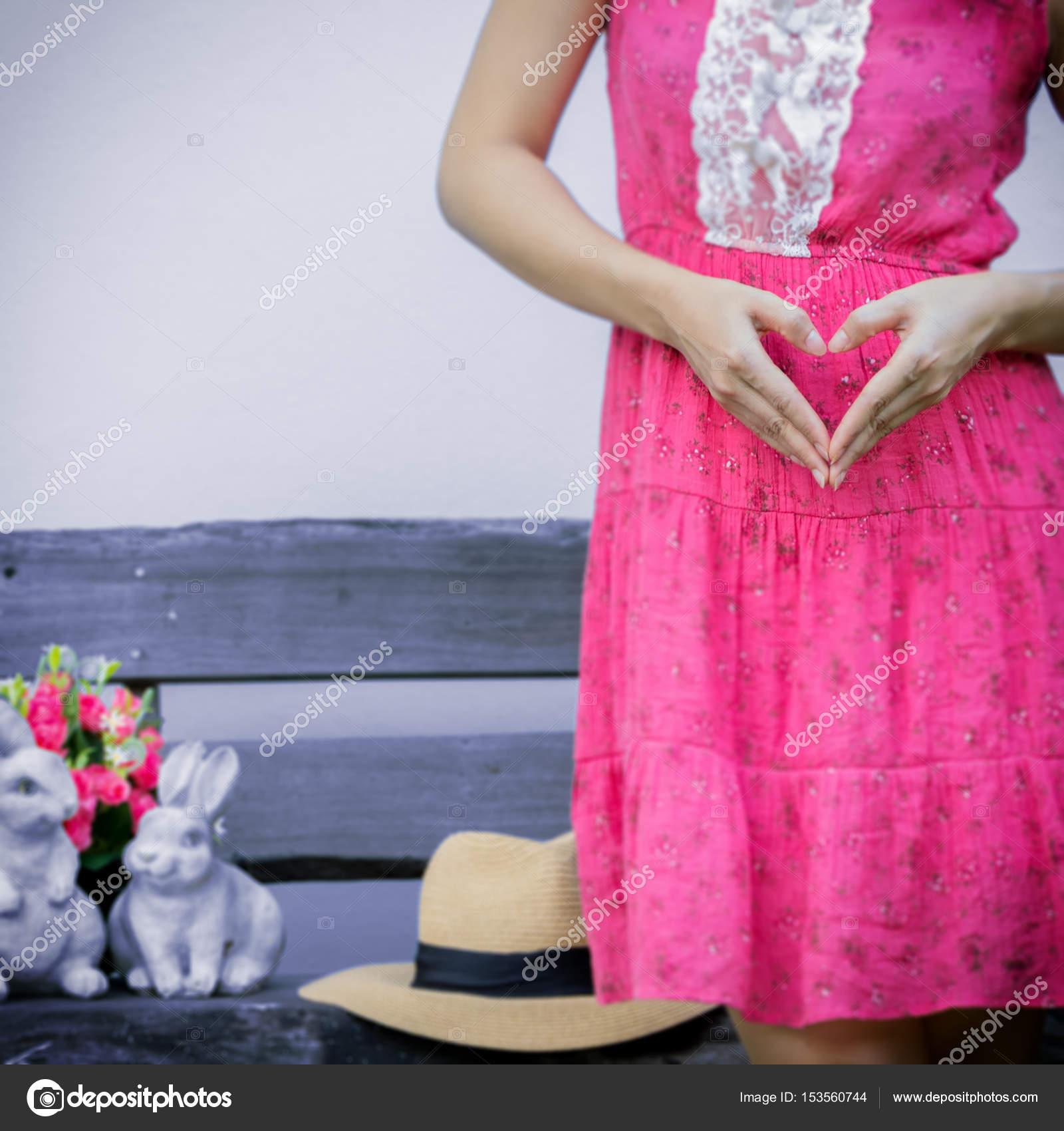 mujer embarazada en vestido rosa — Foto de stock © nirutdps #153560744
