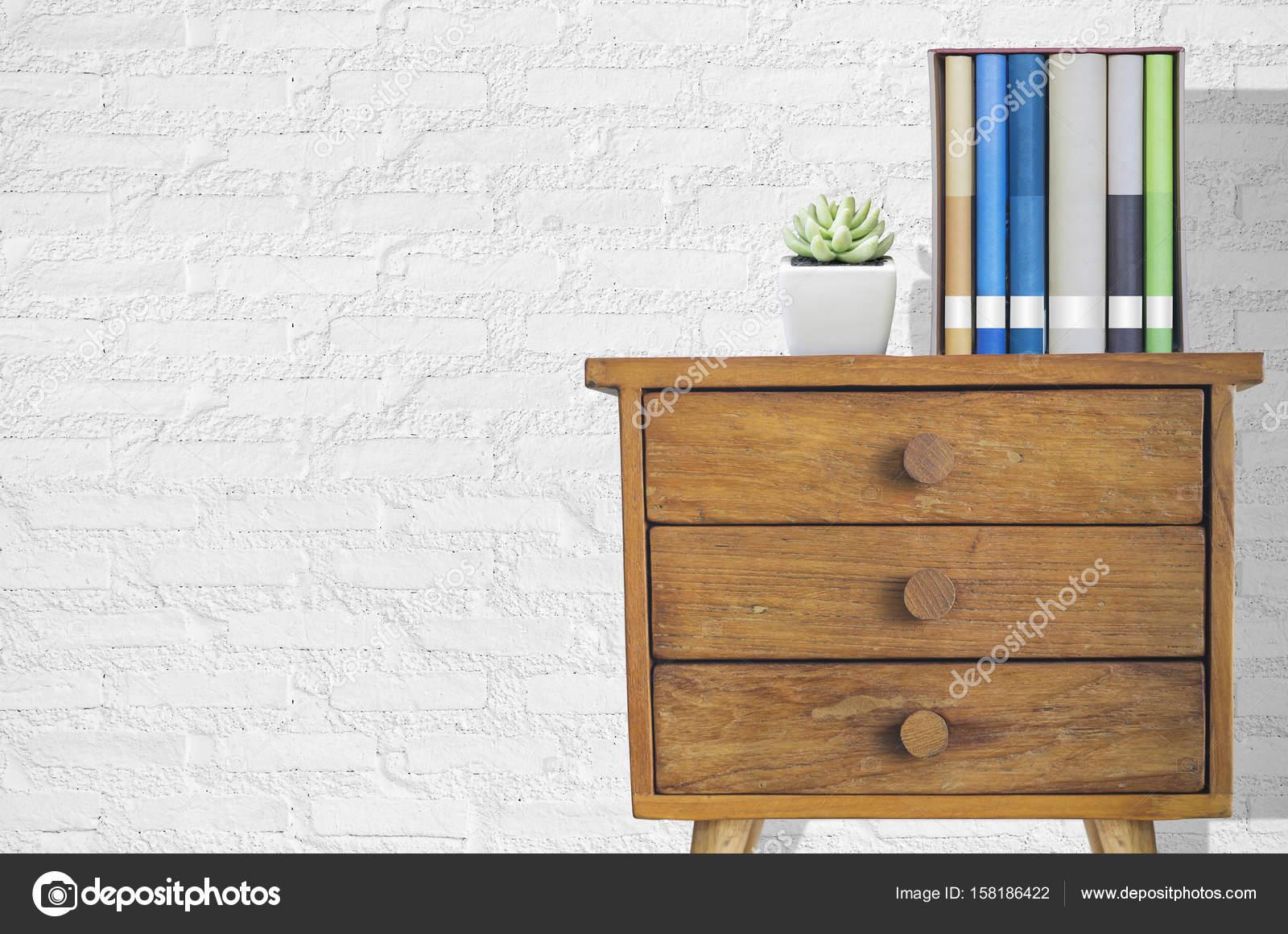 Plant en stapel boeken op houten dressoir u2014 stockfoto © nirutdps