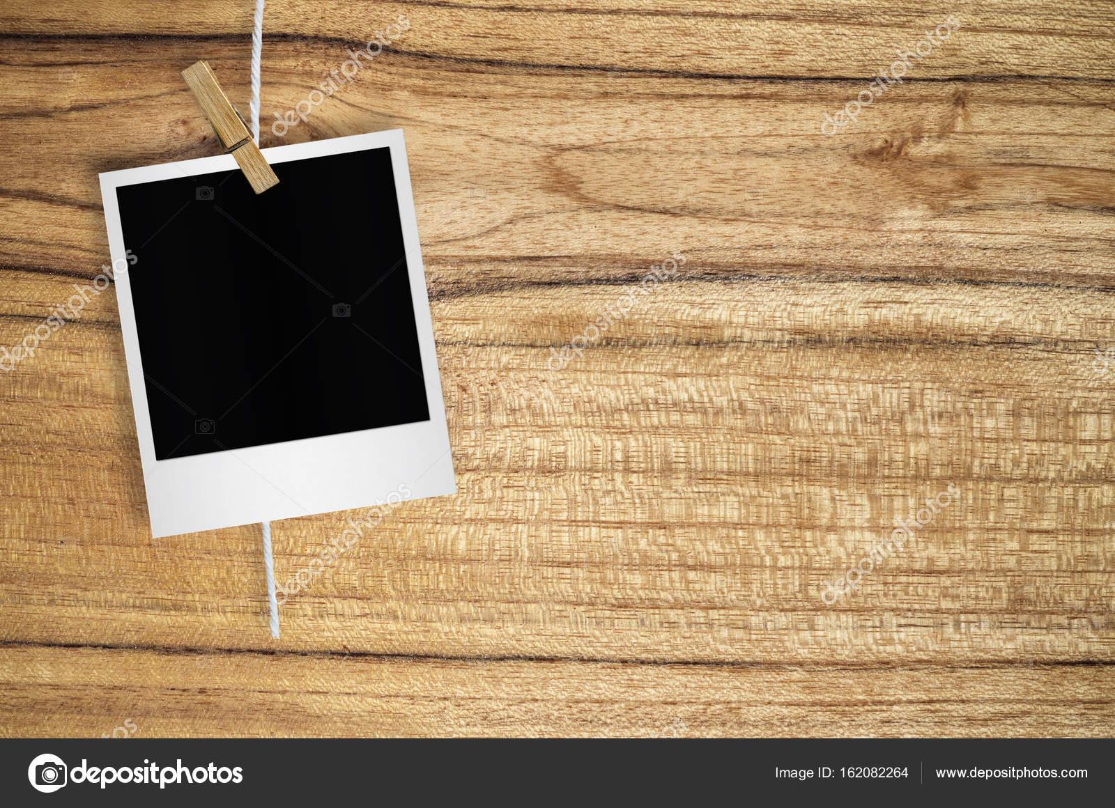 Marco de fotos en blanco con colgante de pinza para la ropa — Foto ...