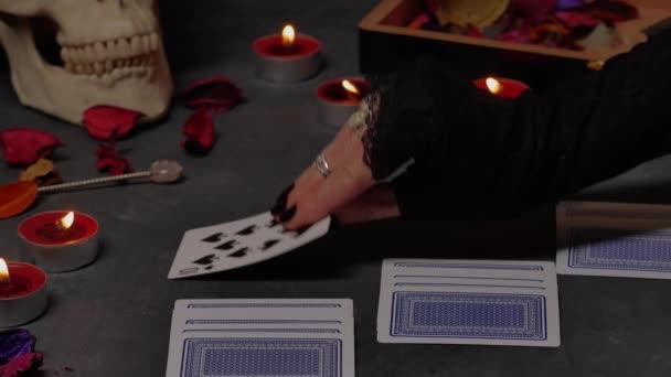 Karty ležící na stole pro mystické věštecké sezení.