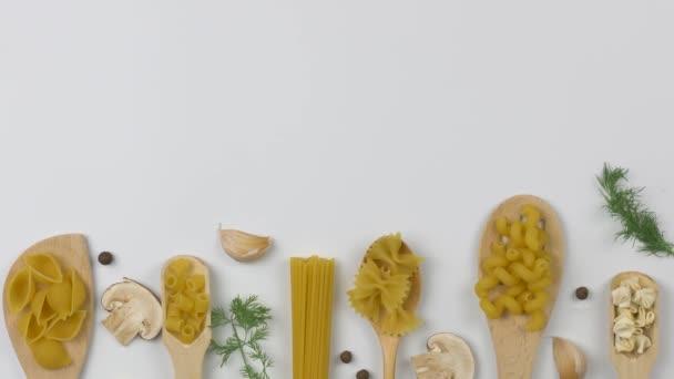 Italienisches Lebensmittelkonzept. Verschiedene Nudelsorten mit Zutaten.