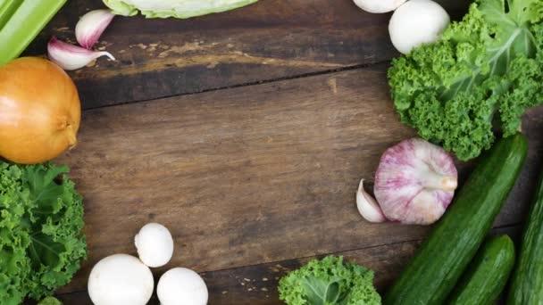 Egészséges és friss zöldségek a fa asztalon. Felülnézet másolási hellyel.