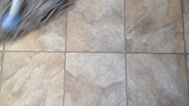 Vytírání podlahy vysoký úhel