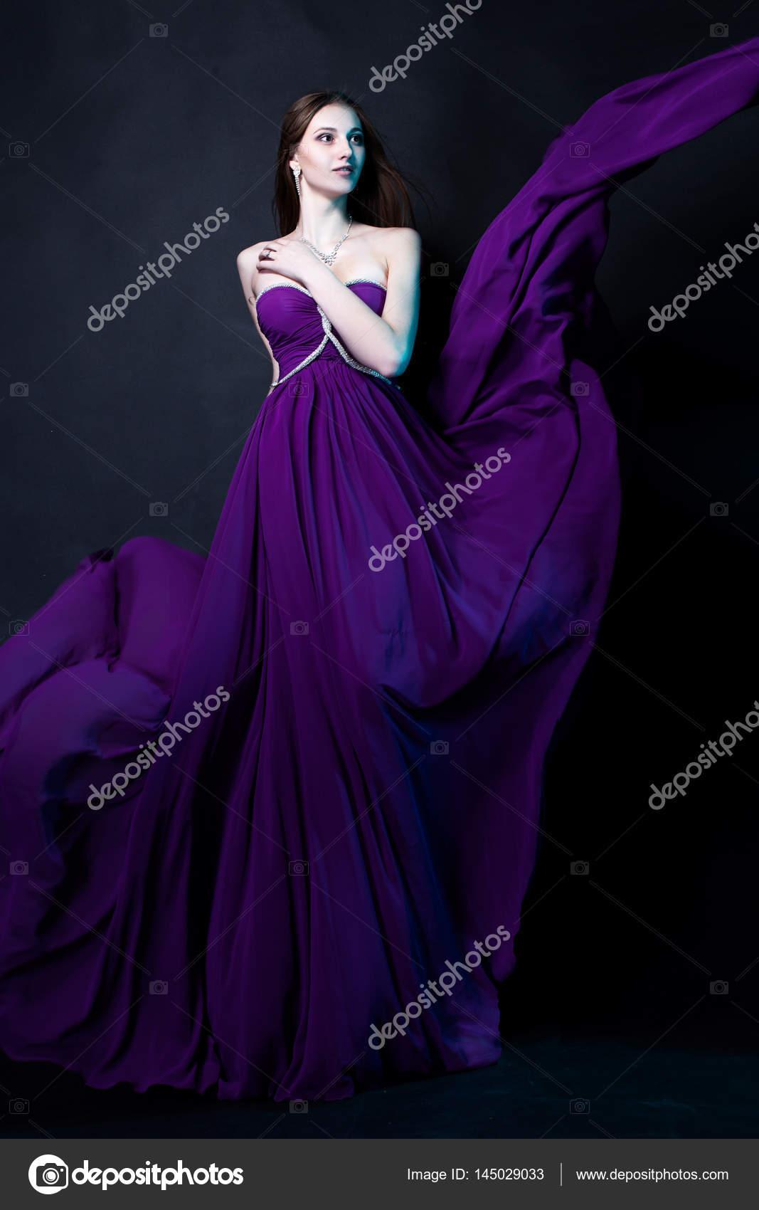 f8b43b6a7 Mode femme en robe violette avec magie maquillage et coiffure ...