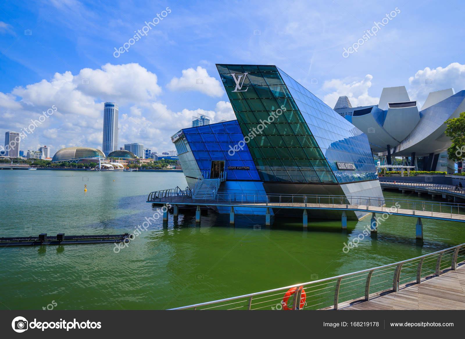 シンガポール , 2017 年 8 月 21 日 マリーナ ベイ フロント、2017 年 8 月 21 日にシンガポールで未来的な建物のルイ ・  ヴィトン ストア \u2014 [著者]の写真 geargodz