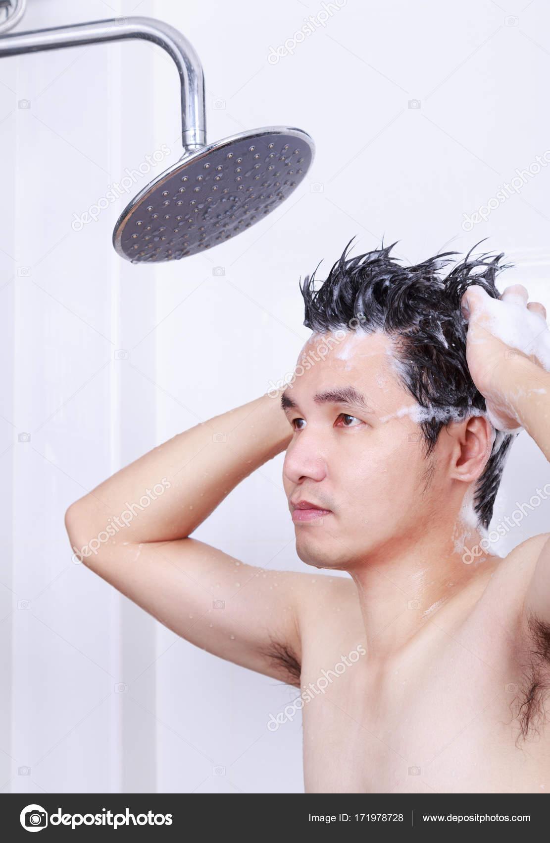Jovencito lavándose la cara en el baño — Foto de stock ...