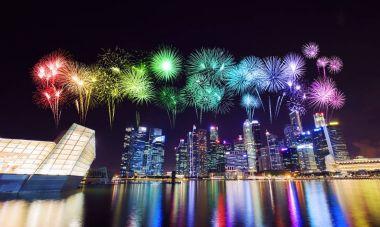 Merkezi iş bölgesi bina Singapur CI üzerinde havai fişek
