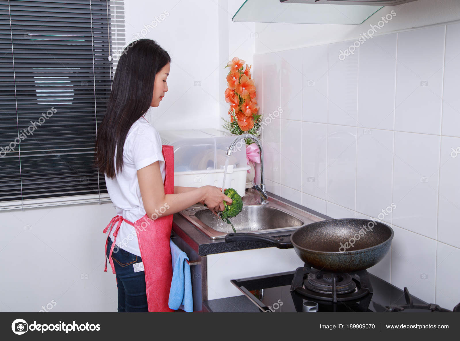 Broccolo Di Lavaggio Della Donna Sotto Lu0027acqua Corrente Al Lavello Della  Cucina A Casa U2014 Foto Di Geargodz