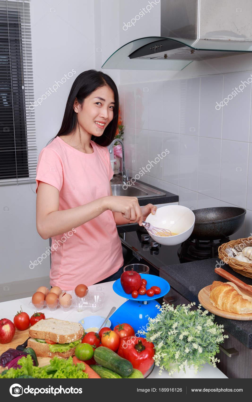 Kobieta Gotowanie I Ubijanie Jajka Do Miski W Kuchni