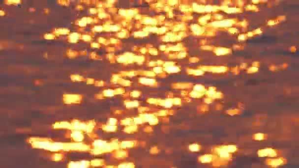 Sluneční světlo se odráží na povrchu v době západu slunce. Vlny na povrchu  pohybuje velmi romantické a krásné– stock záběr 1ea02a9257b