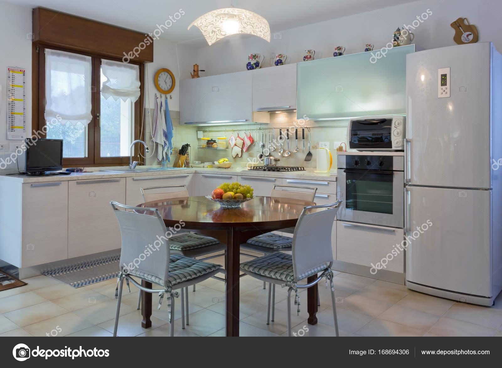 Interni cucina bianca moderna u foto stock emmeci