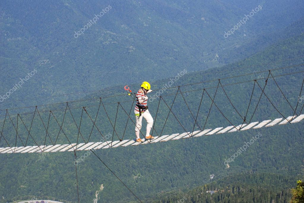 The girl goes on a suspension bridge at 2,000 meters  in Krasnay