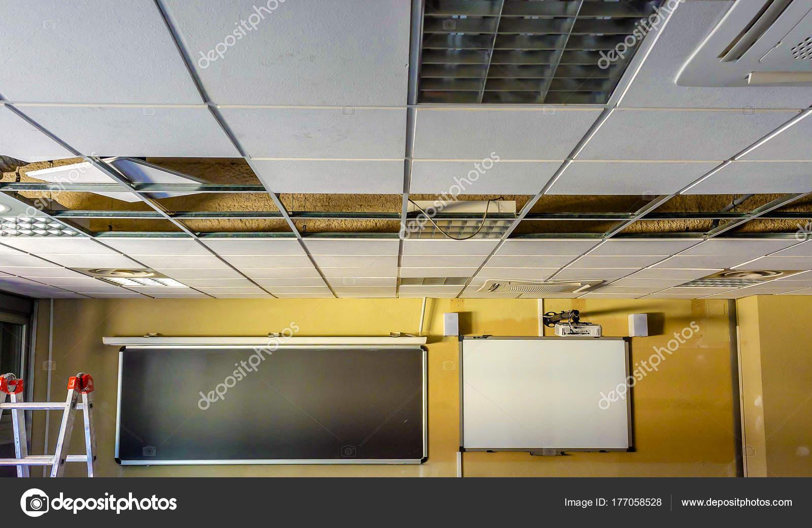Réparer Un Plafond En Platre tout vue plafond salle classe réparer — photographie ba_peuceta © #177058528