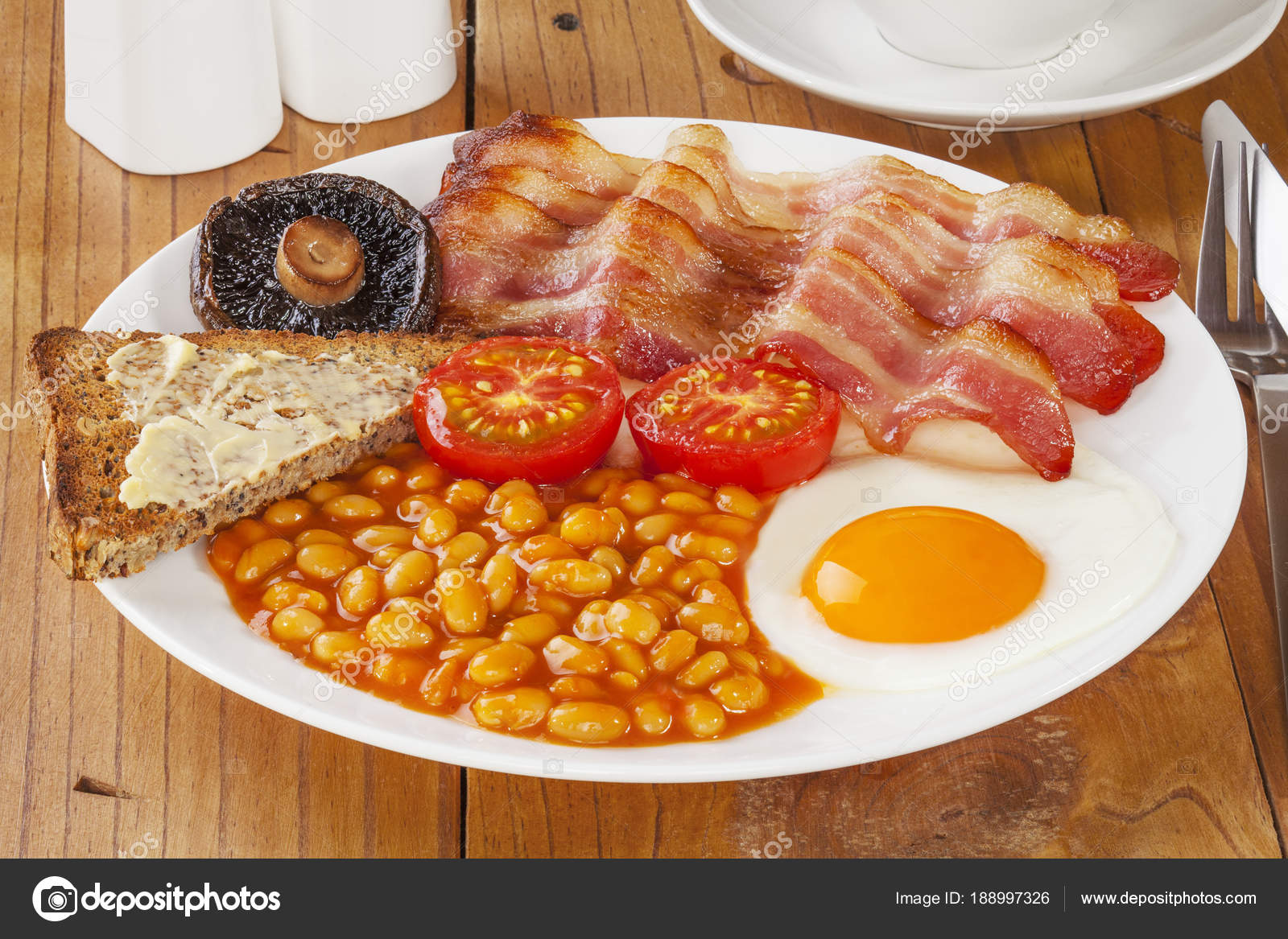Colazione all\'inglese sul vecchio tavolo da cucina — Foto ...