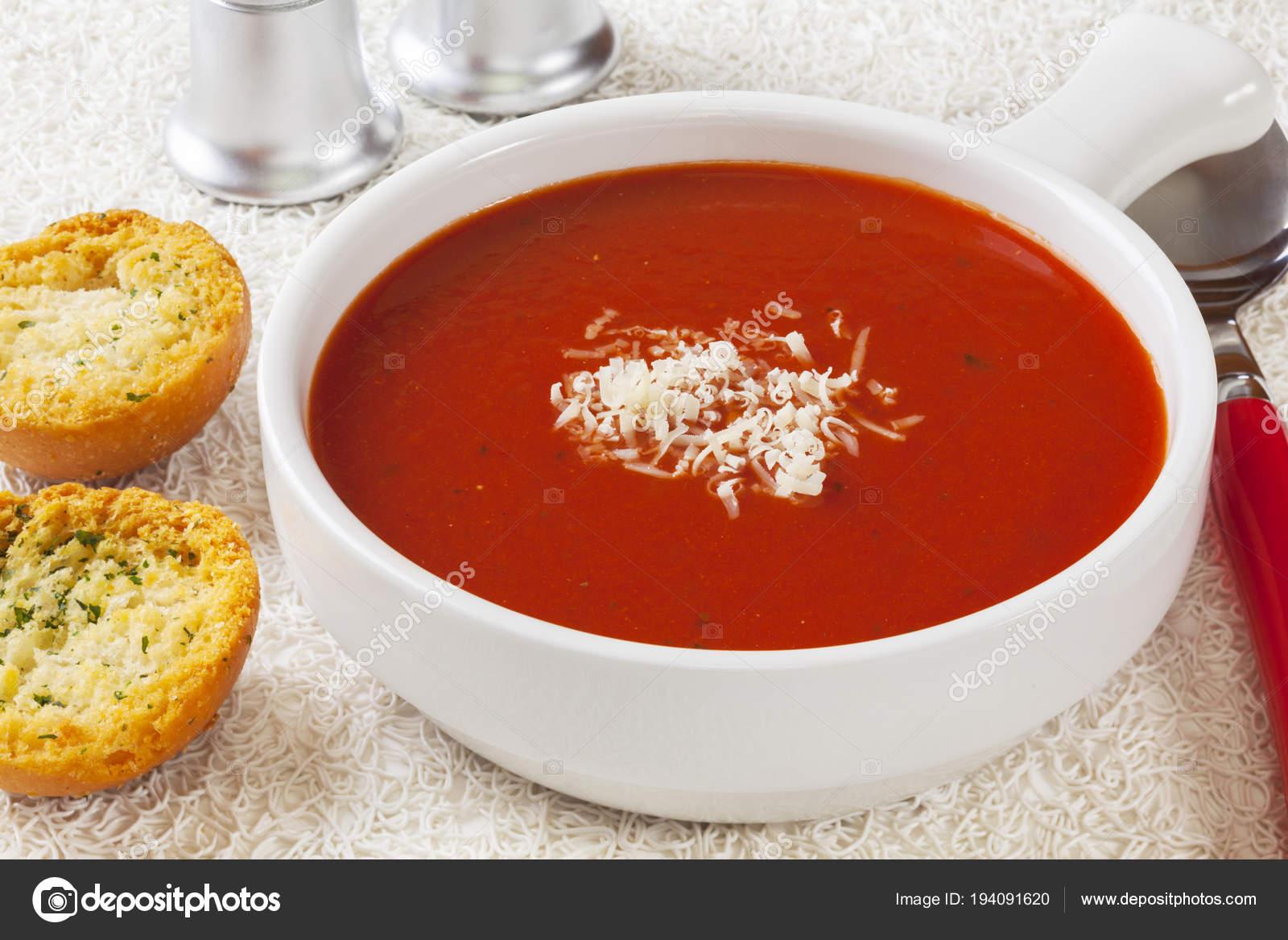 Томатный суп с сыром и чесноком