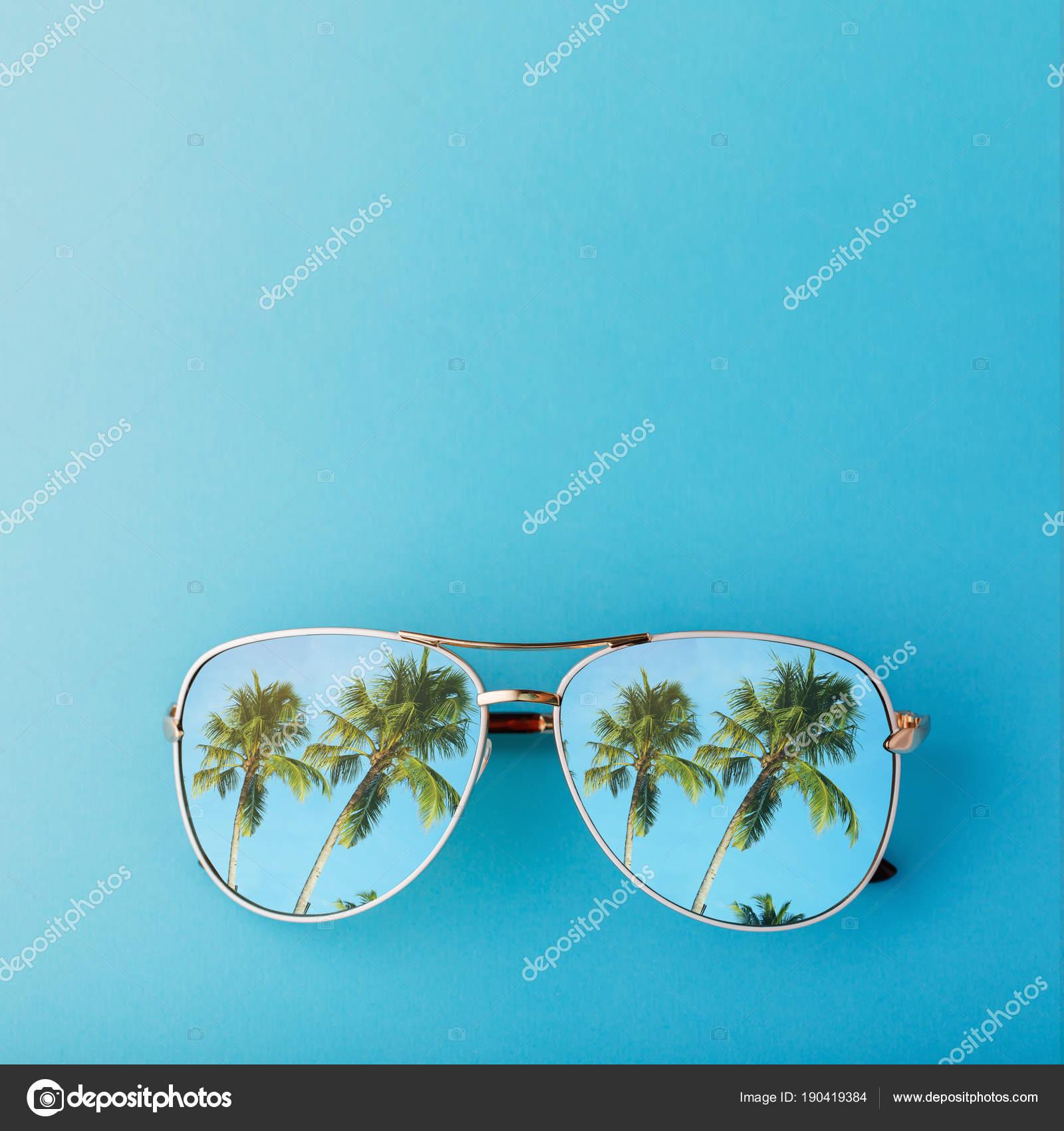 85f5cb71e92aa8 Lunettes de soleil avec des palmiers reflètent dedans et espace pour texte,  vue de dessus — Image de SergeyChayko