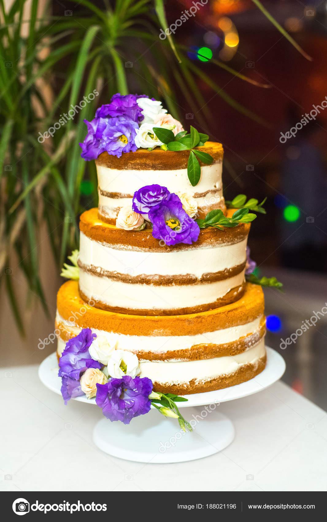 Nahaufnahme Der Kostliche Hochzeitstorte Mit Lila Bluten Fur Feier