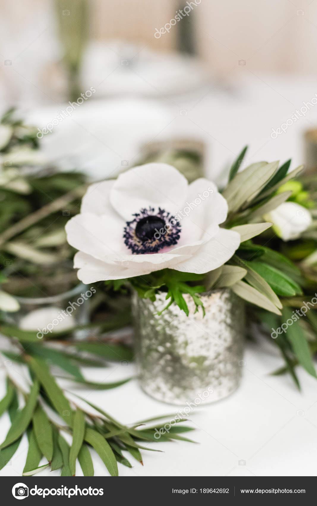 Nahaufnahme Von Blumen Hochzeitsdekorationen Auf Tisch Stockfoto