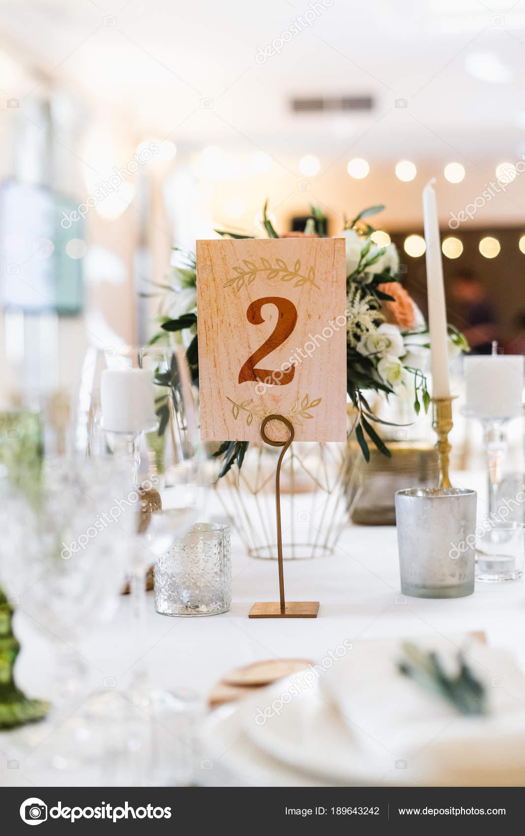 Nahaufnahme Von Blumen Hochzeitsdekorationen Und Nummer Zwei Auf