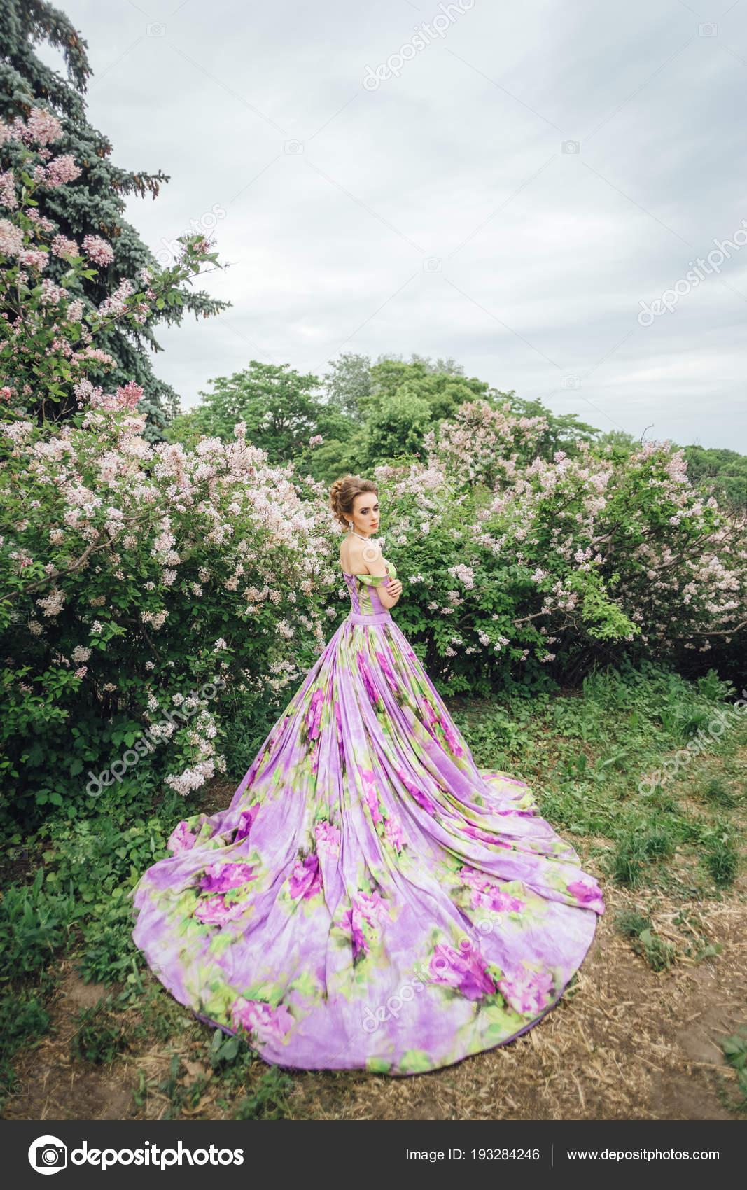 Magnifique Modèle Posant Dans Robe Port Jardin Avec Fleur Imprimer ...