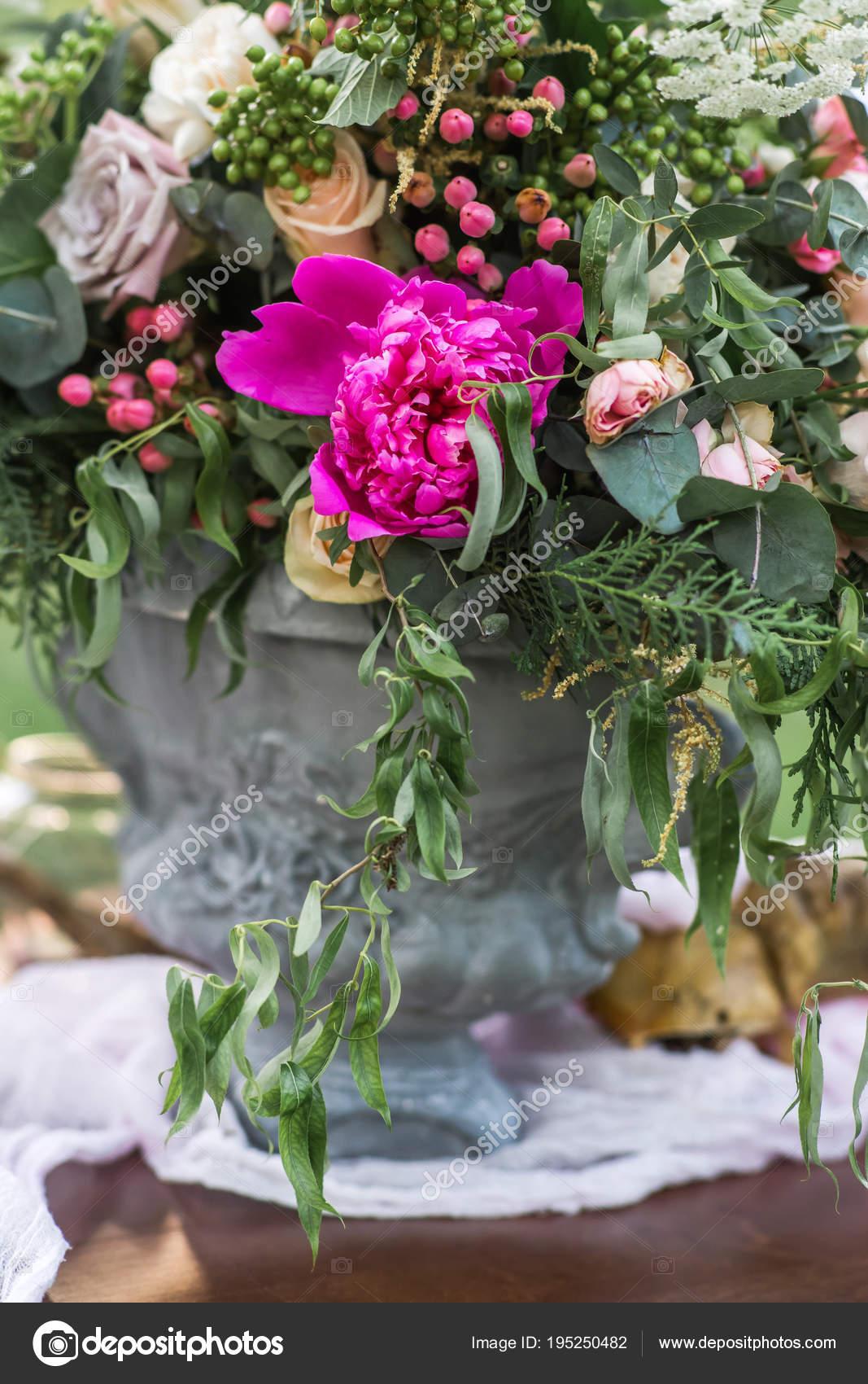 bouquet fleurs printemps sur table mariage plein air avec herbe