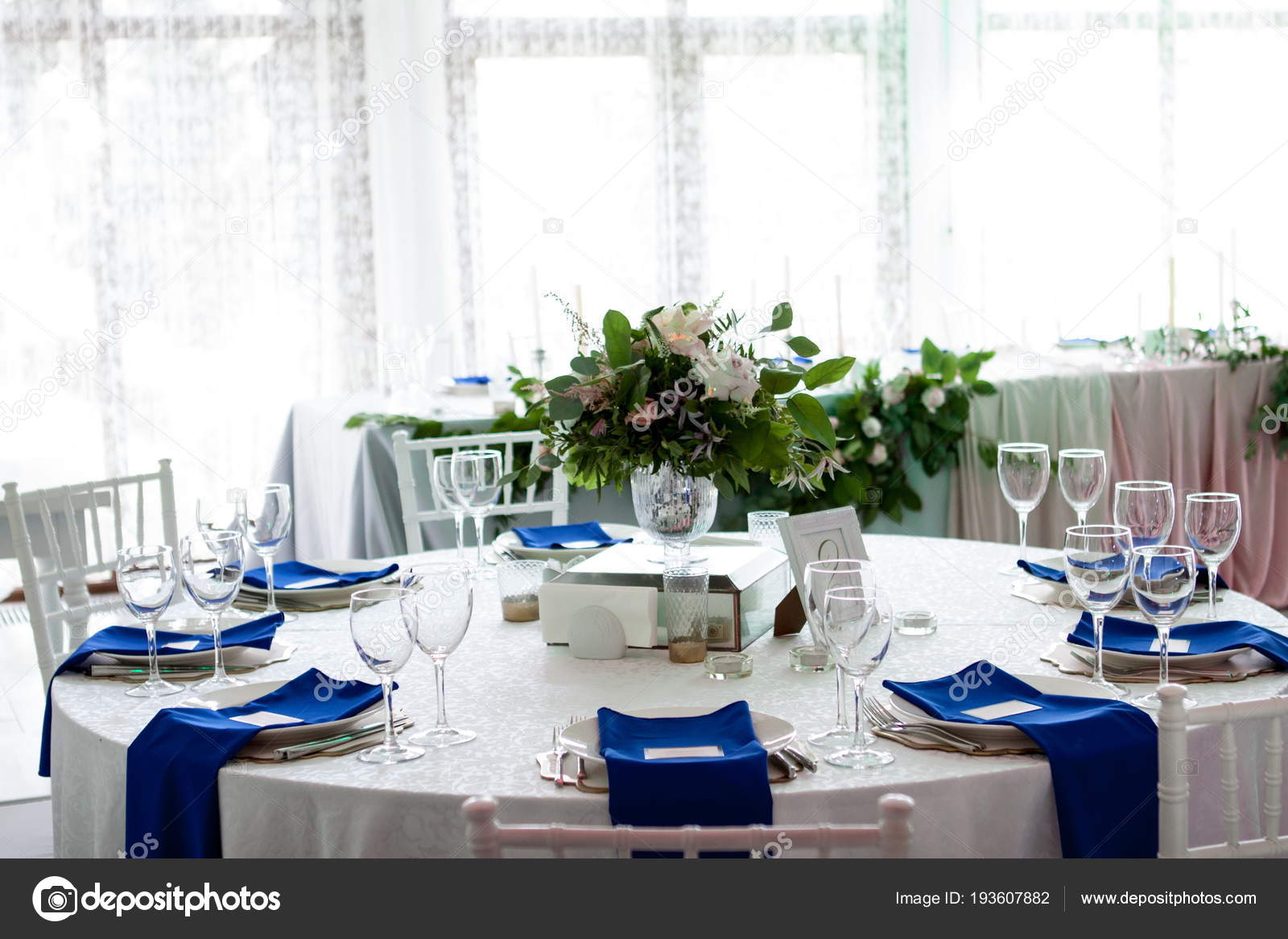 Surprising Beautiful Table Setting With A White Tablecloth And Blue Interior Design Ideas Oxytryabchikinfo