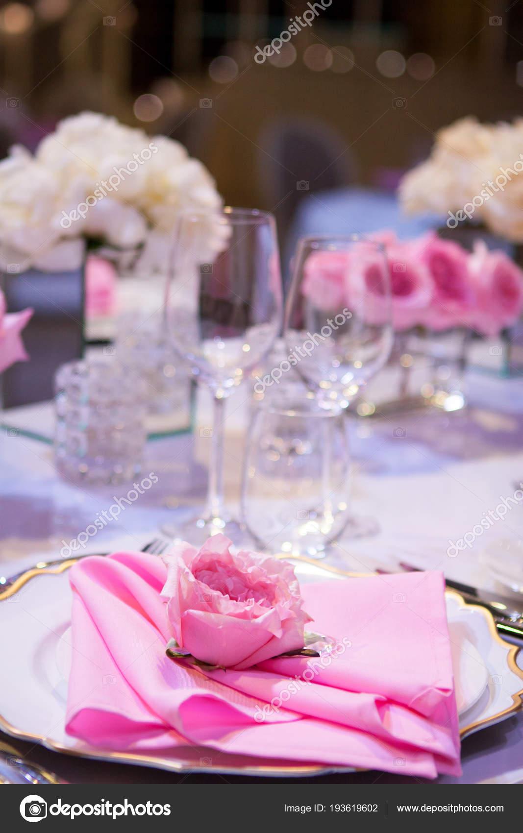 Piękny Stół Ustawienie Z Białym Obrusem I Różowe Serwetki