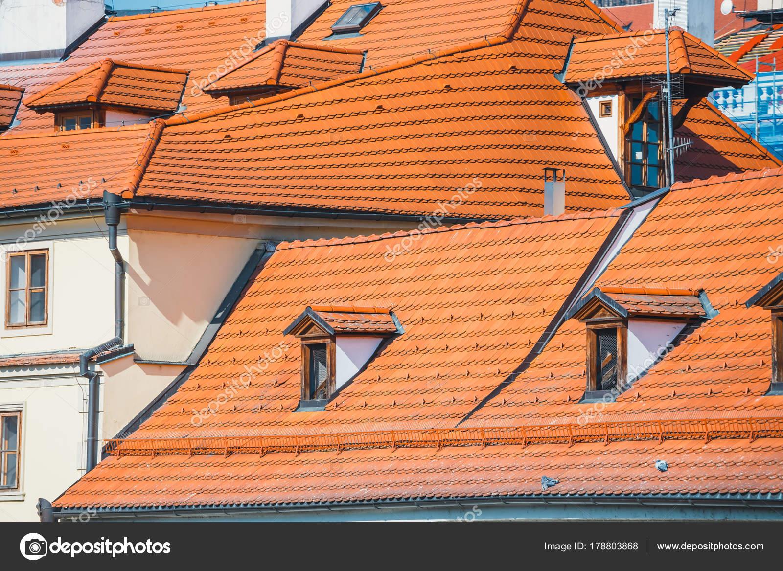 Weergave van oude rode tegels van daken in praag tsjechië