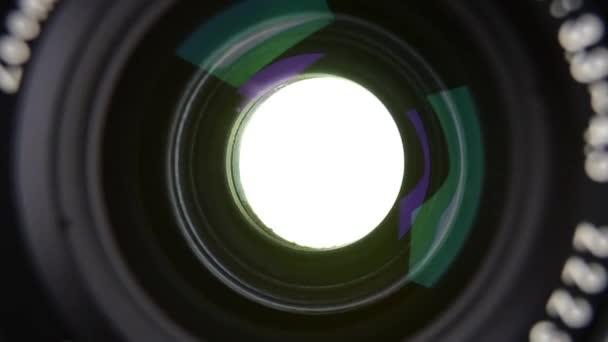 Podívejte se na film 35mm Slr fotoaparát závěrky operace z přední části objektivu fotoaparátu. Se zvukem