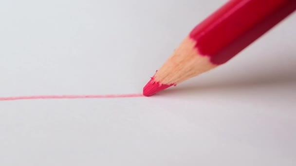 Rote Linie auf weißem Zeichenpapier mit rotem Farbstift ...