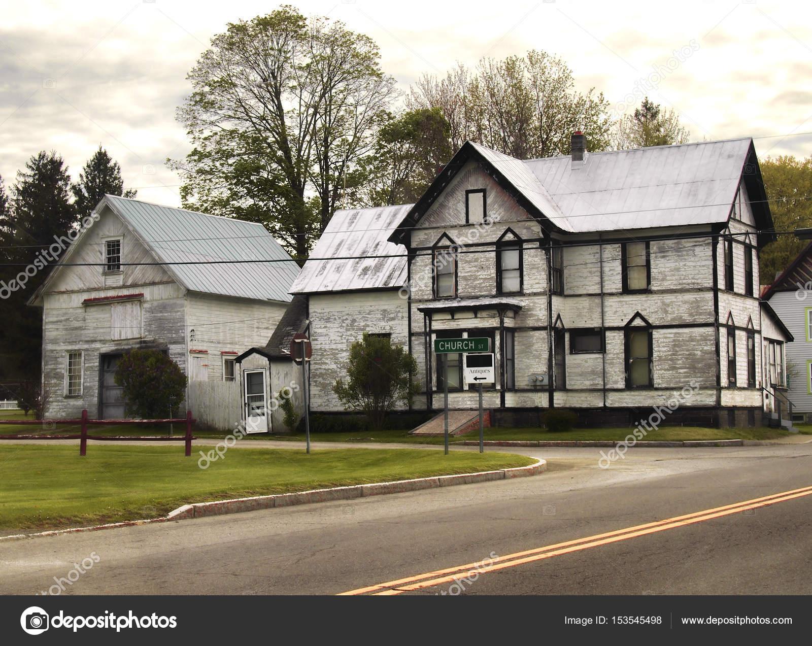 Verlassenes Haus Und Scheune Stockfoto C Debramillet