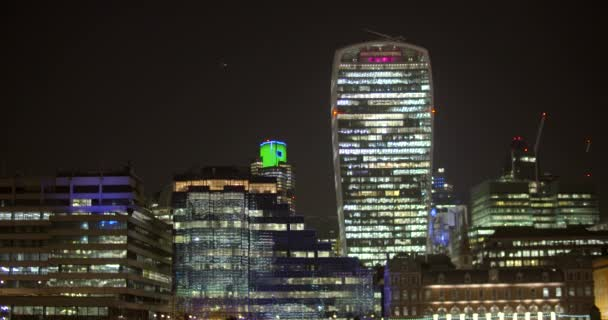 Záběr panoramatu Londýna v noci