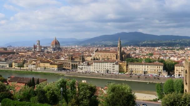 s výhledem na řeku Arno a Florencie