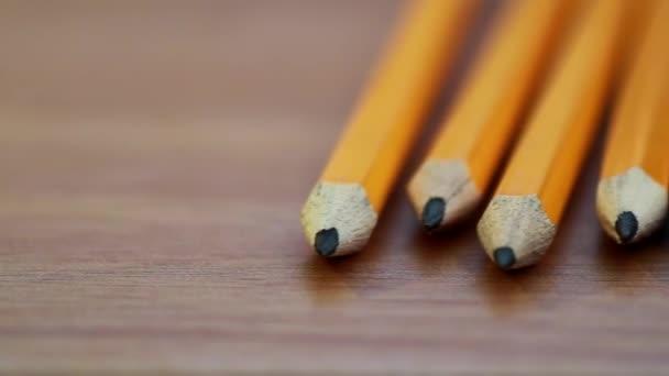 Egy panorámafelvétel szemcsésedik-ból egy sor ceruza nyugszik egy fából készült asztal