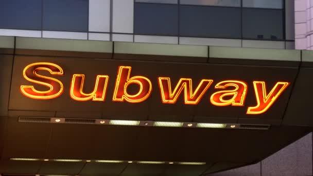 Panák osvětlené metra podepsat v New York Times Square