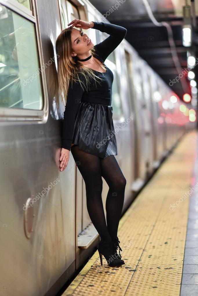 Сексуальные девочки позируют в поезде