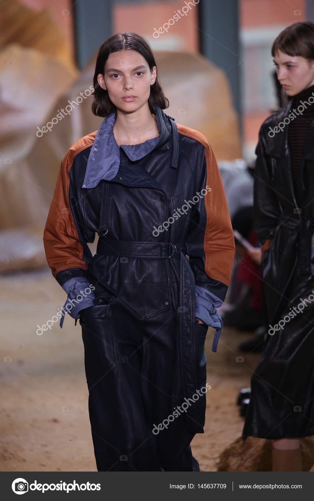 c8a2e168f3 New York, Ny - 11 février : Un modèle promenades la piste à Lacoste montrer  pendant la Fashion Week de New York sur 11 février 2017 à New York City —  Image ...