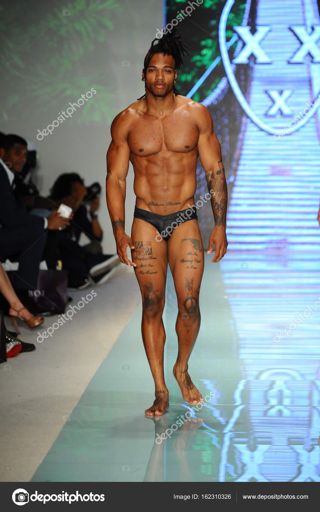 modenschau männer nackt
