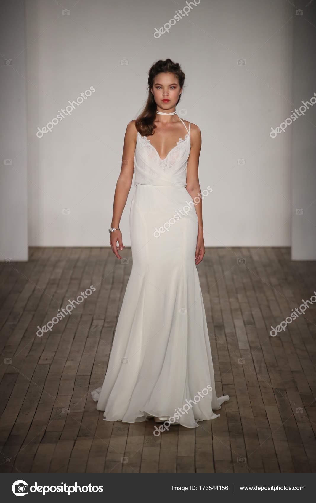 Rumieniec Przez Hayley Paige Bridal Pokaż Zdjęcie Stockowe