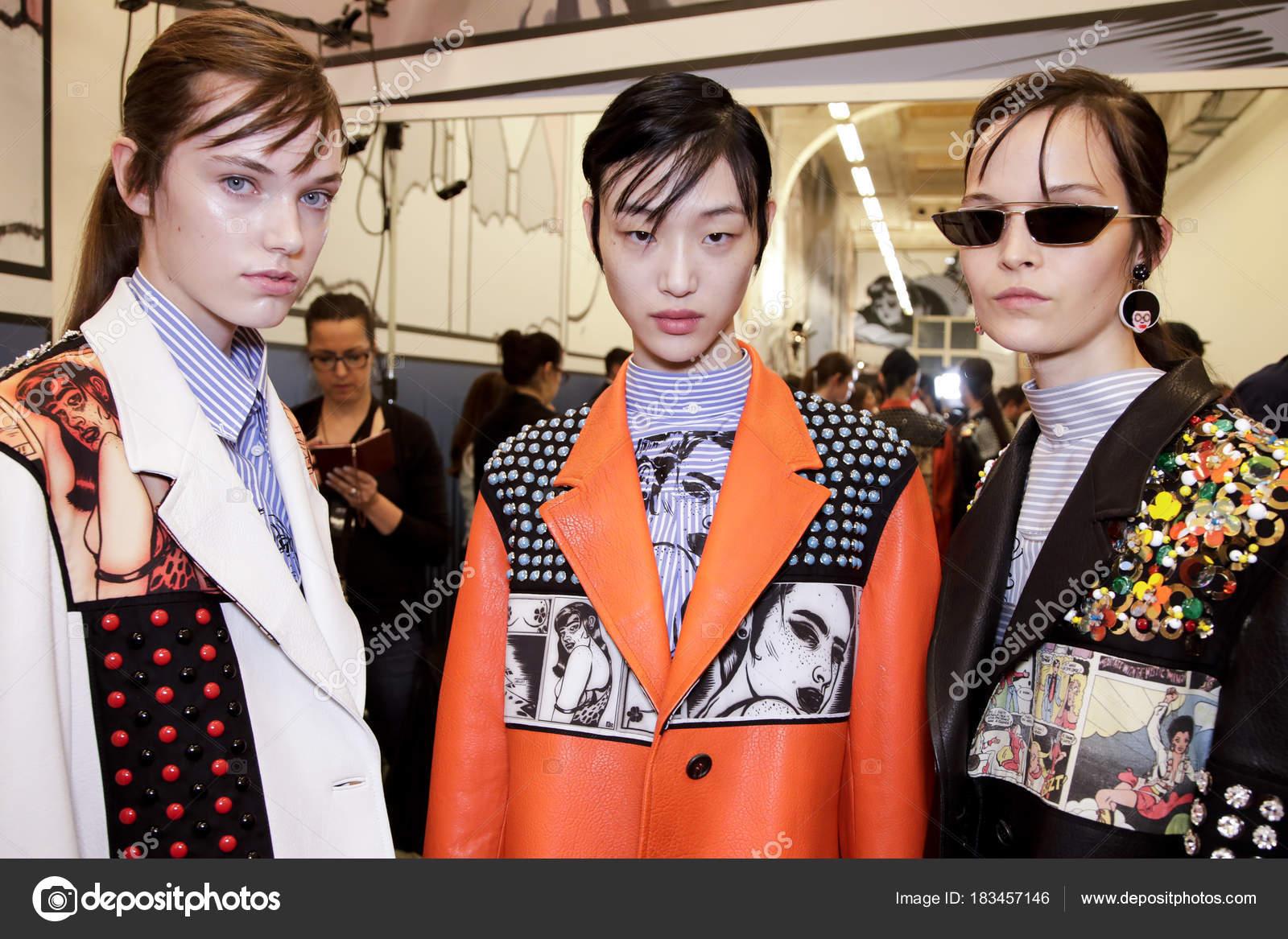 c2e14284fa Milan, Italia - 21 de septiembre: Los modelos se ven backstage antes del  show de Prada durante la semana de la moda de Milán primavera/verano de  2018 en 21 ...