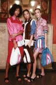 Milán, Itálie – 23. září: Modely jsou vidět zákulisí před Simonetta Ravizza show během Milan Fashion Week jaro/léto 2018 na 23 září 2017 v Miláně, Itálie