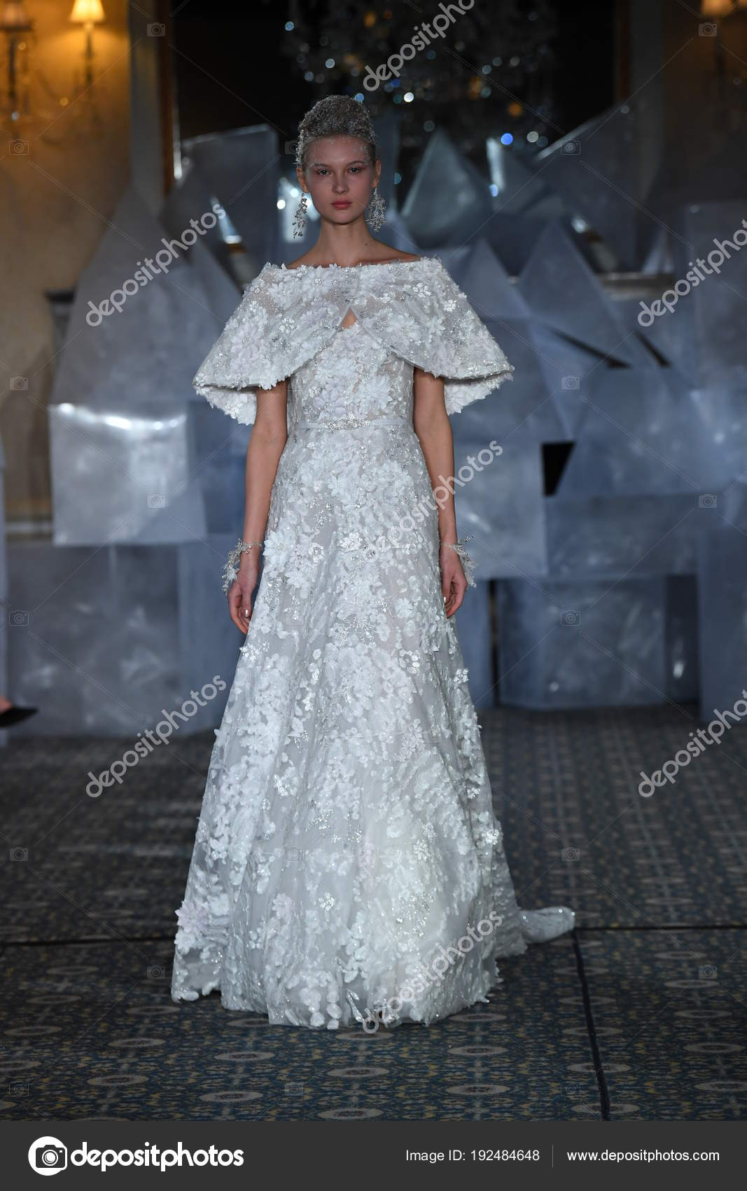 Nueva York Abril Modelo Camina Pista Durante Moda Novia Mira — Foto ...