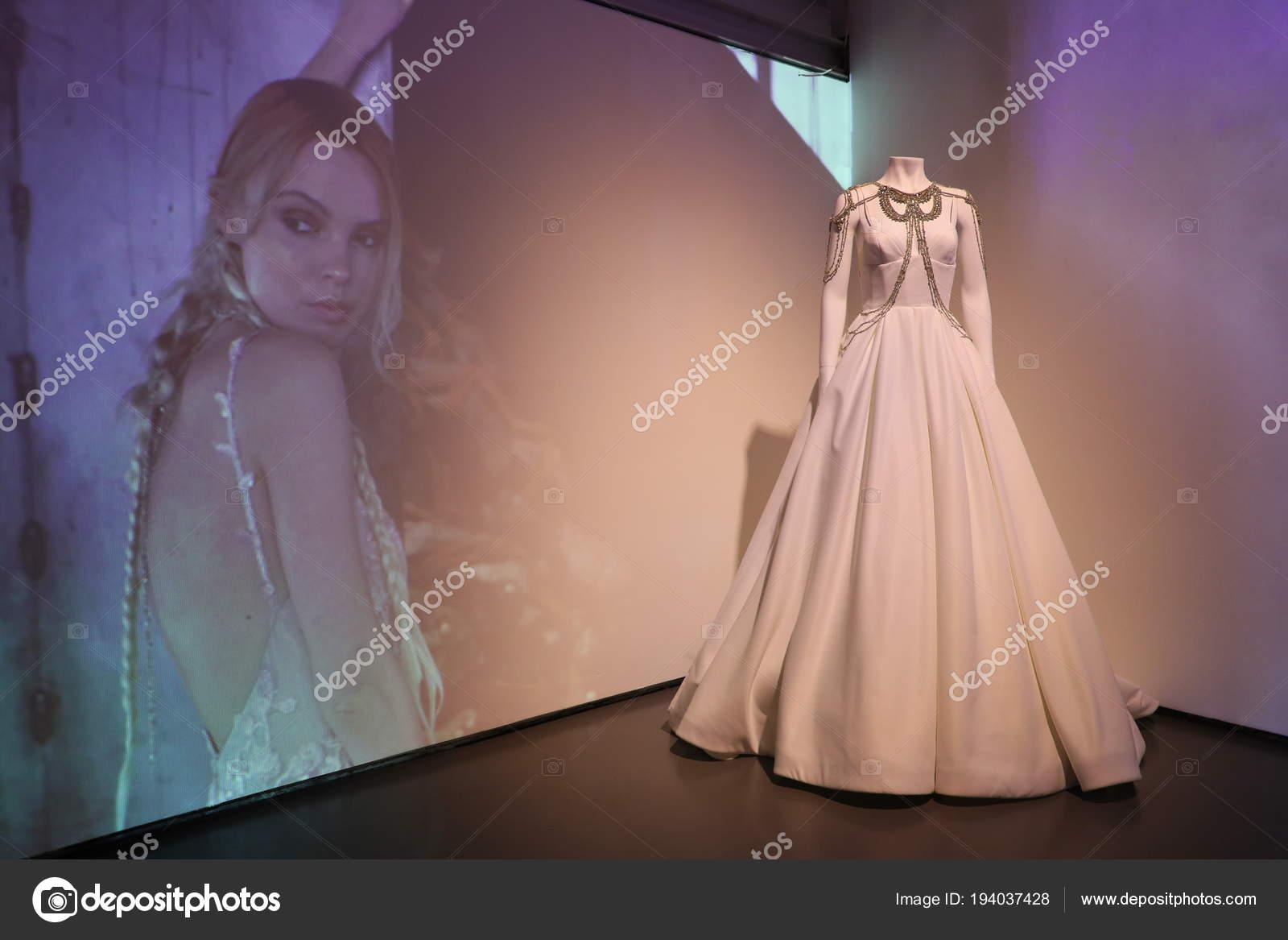Cocktailjurk Bruiloft 2019.New York April Bruiloft Jurk Presentatie Tijdens 2019 Rivini Alyne