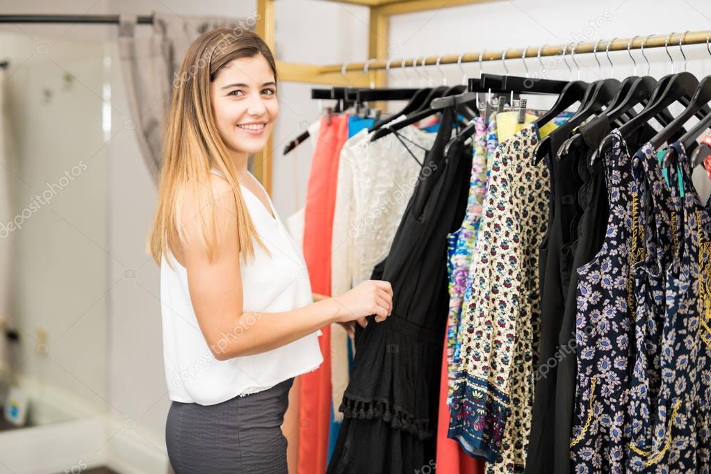 7e246b4ee8de Imágenes: compra de ropa | mujer latina comprar ropa — Foto de stock ...