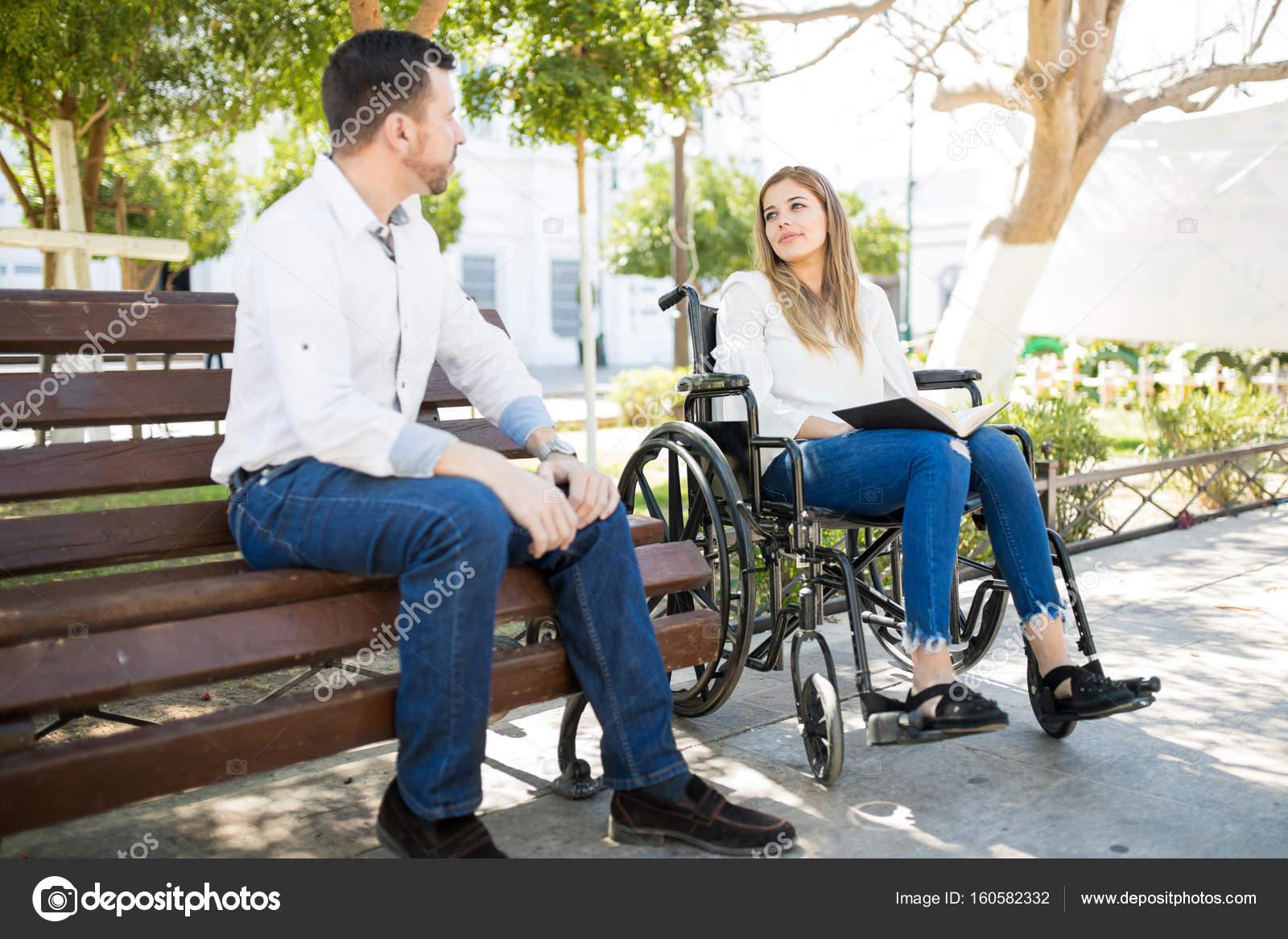 dejta en pojke i rullstol